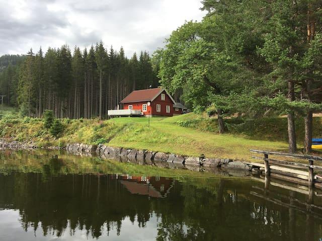 Feriehus ved idylliske Telemarkskanalen.