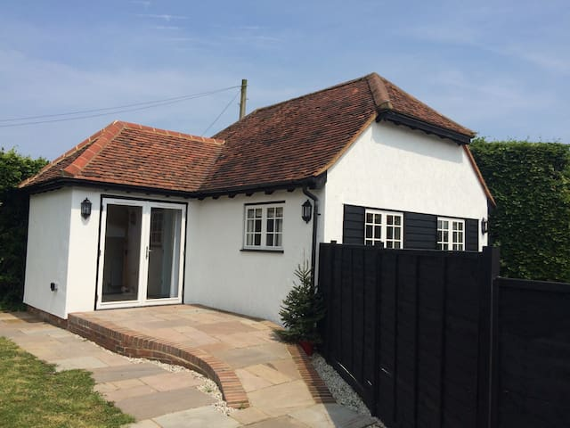 Immaculate self contained annexe - White Roding - House