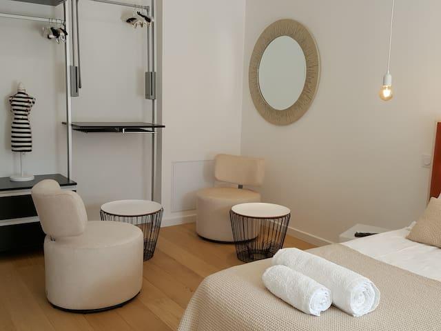 le coin salon avec une partie de son dressing ouvert