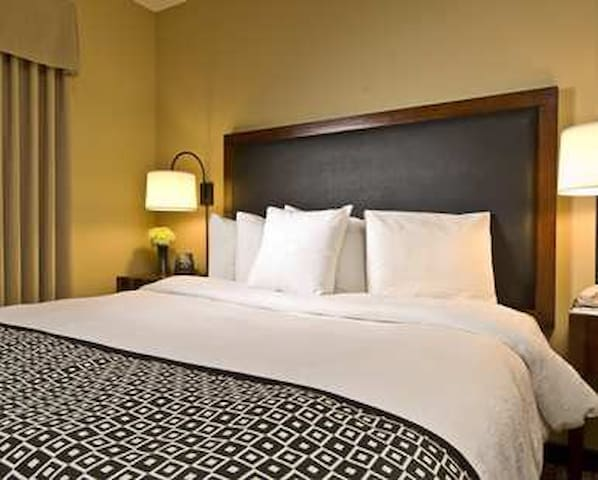 Core North York King Luxury Suite & Free Parking - Toronto