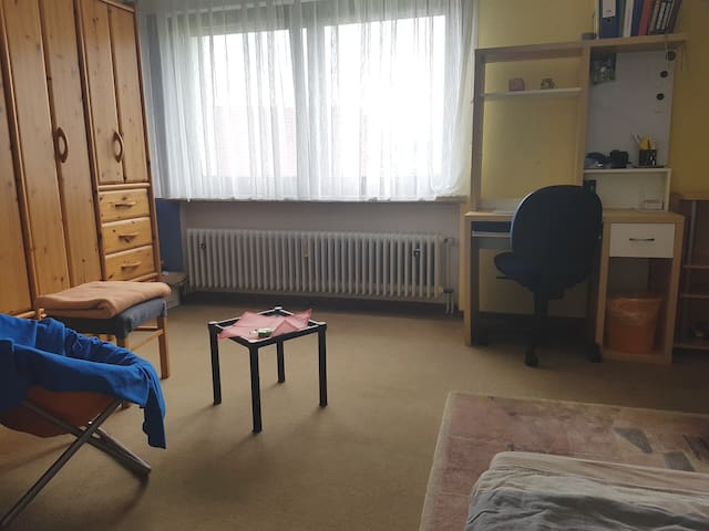 Einfaches Zimmer, just a simple bright room