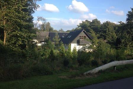 Hyggeligt hus nær strand, skov og skamlingsbanken - Bjert