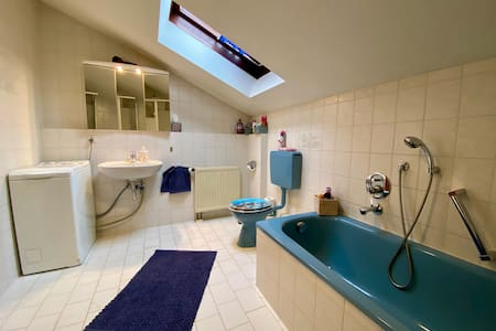 2 große Zimmer, Küche, Dusche, Badewanne, Balkon