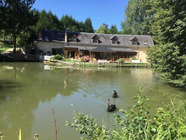 Chambres familiales au bord d'un étang