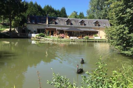 Chambres d'hôtes au bord d'un étang - Luceau