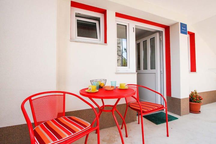MURVA 1 apartment for 2 persons in Seget Vranjica