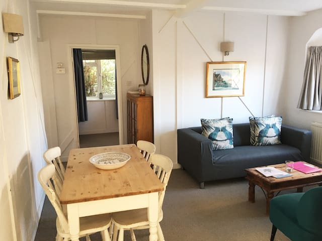 The Ship Inn Cottage - Bright & Cosy Accommodation