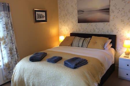 Chatsworth Kingsize Bedroom with ensuite shower room