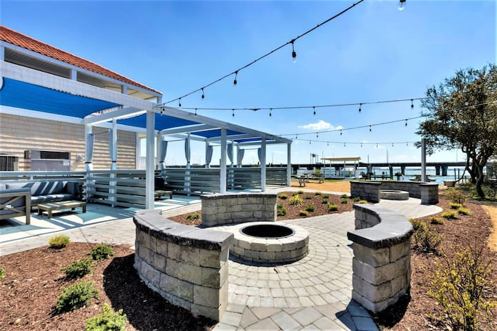Bay Breeze Sailboat Suite (1 bed/1 bath condo with cabanas, fire pits, and pier)