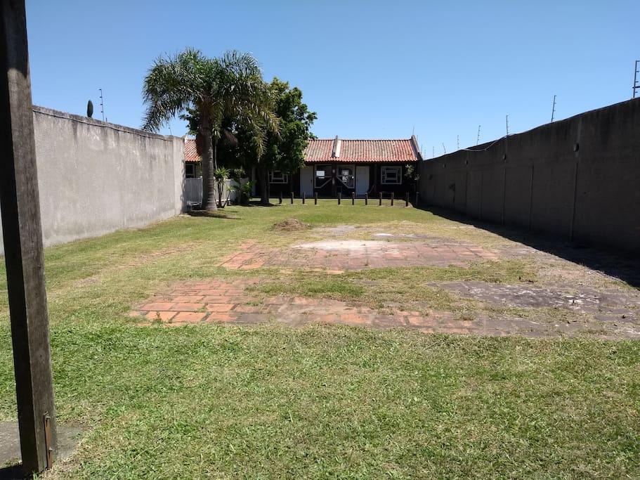 Pátio/estacionamento, foto tirada do portão de entrada.