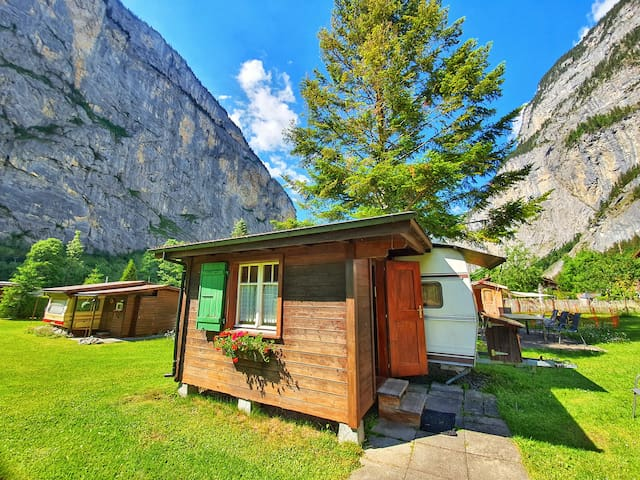 Kleiner Wohnwagen inmitten der Berge