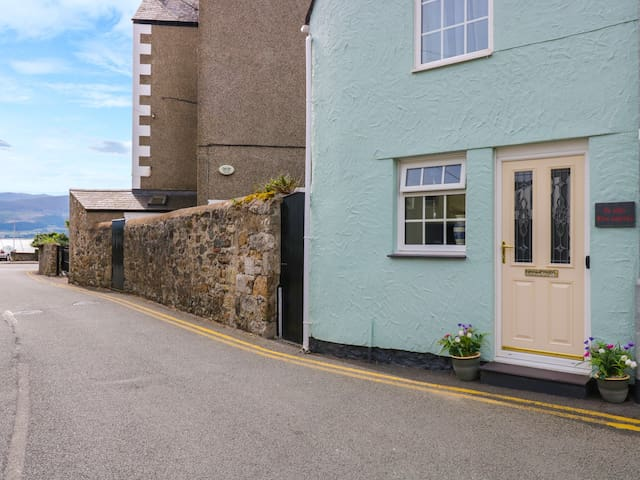 THE OLD FIRE STATION, family friendly in Beaumaris, Ref 921802