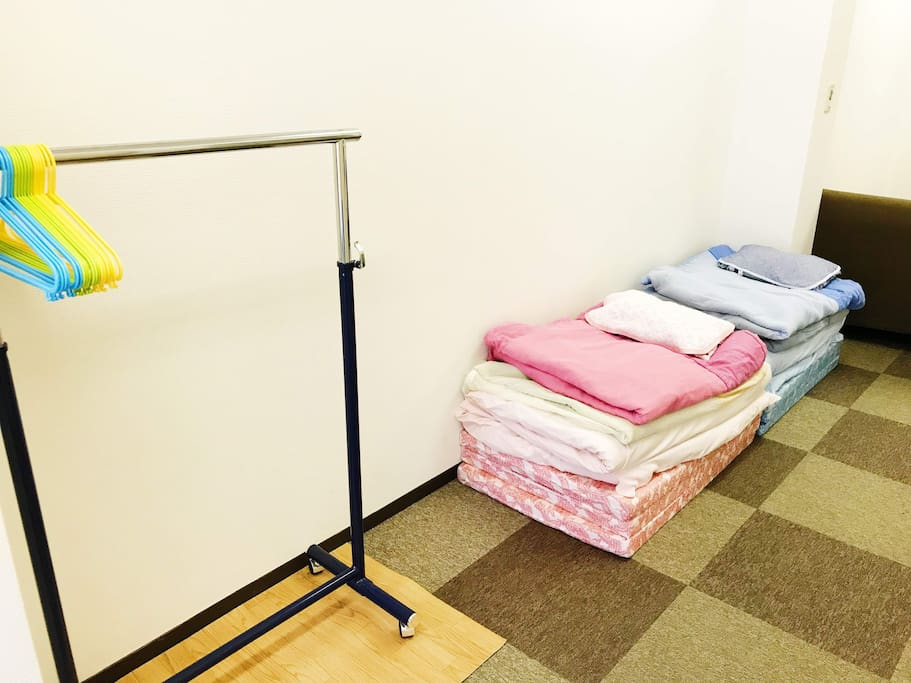Clothing Rack / Japanese Futon with extra mattress (one extra set available) 洋服ラック / 布団(もう一組追加可能)