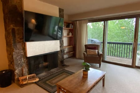 2Bed & 2Bath beside the tram! Hot tub & Balcony.