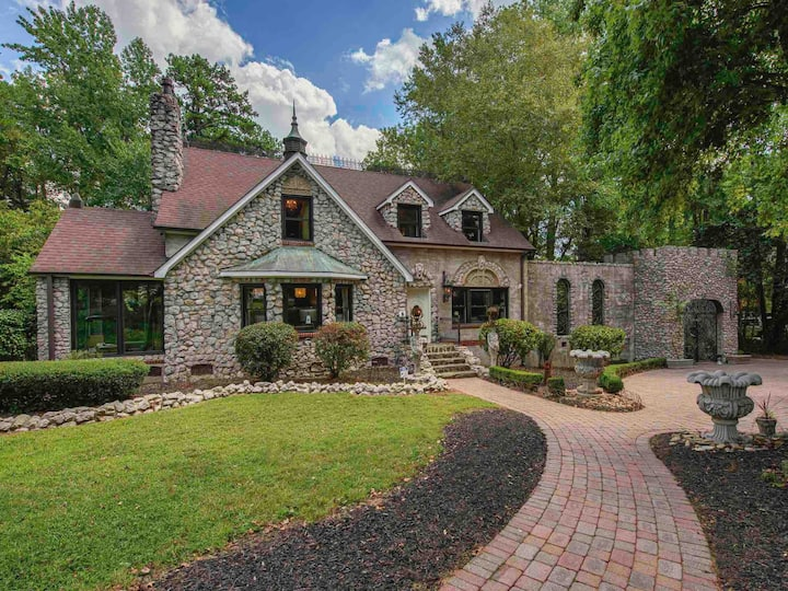 Charming Cotswold Lil' Castle Close to Uptown