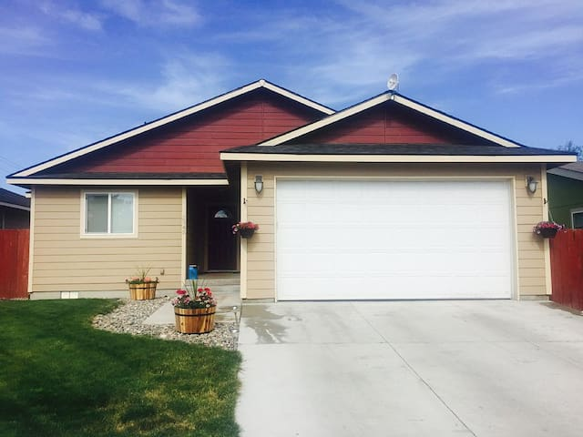 Stylish, Spacious Home - Hot Tub, Walk to Downtown - Baker City - Casa