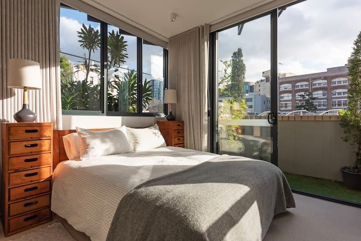 New Apartment- Stylish Central with Balcony Garden