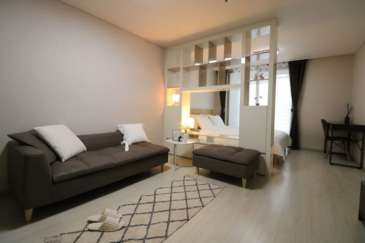 특가!!이벤트!!(로맨틱룸)최신아파트 한채사용,무료주차,교통최고,넓은방
