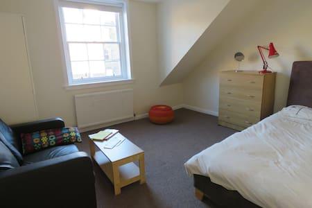 Spacious & bright bedroom close to city centre - Apartamento