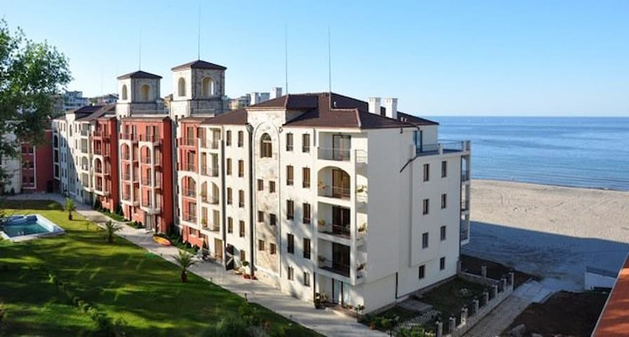 """Отель """"Примеа Бич"""" на пляже Черноморской бухты"""