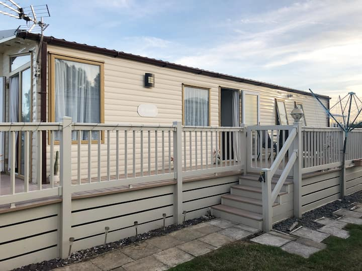 Lovely 2 bed Caravan with en- suite and decking