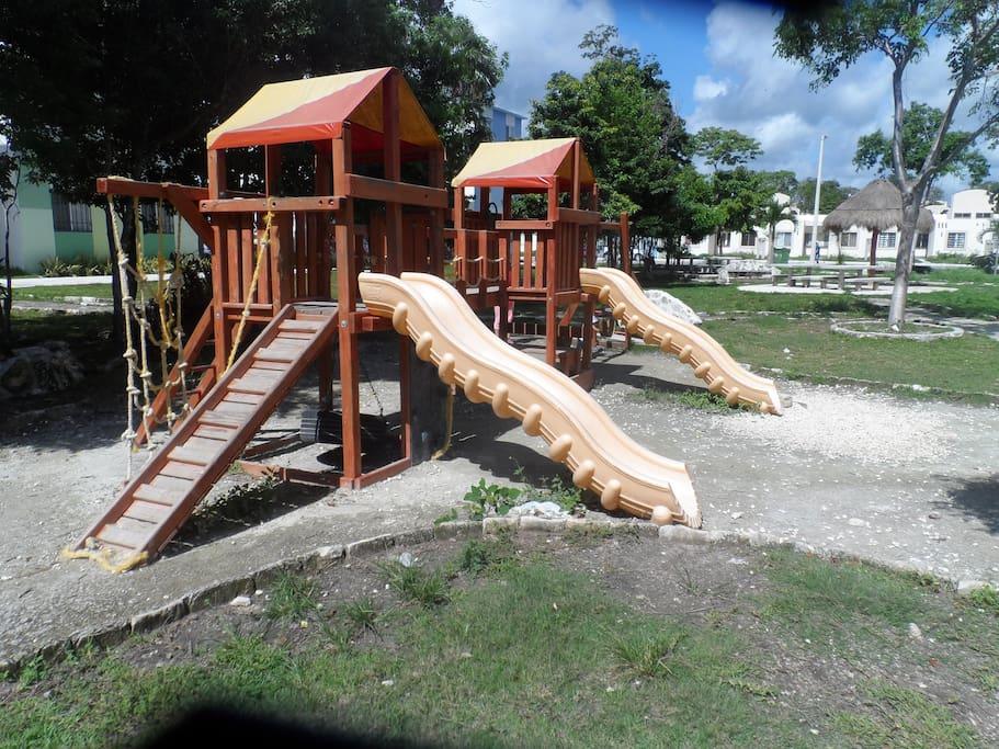 Cuenta con área de juegos para los niños.
