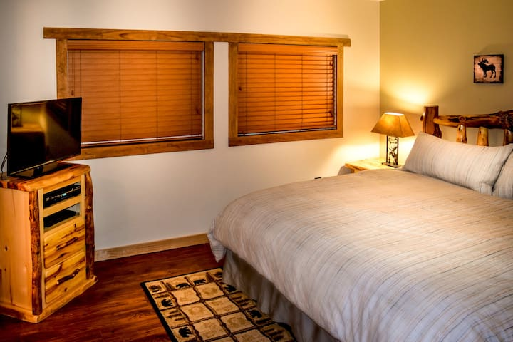 Master bedroom with nice lightening, I-home radio and TV