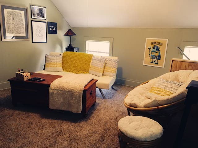 Comfortable, Private 2-Room Space Near Downtown