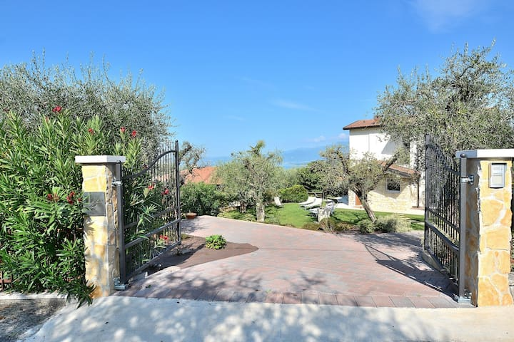 Villa Lisi - 8 sleeps, private garden and shared pool - Bardolino