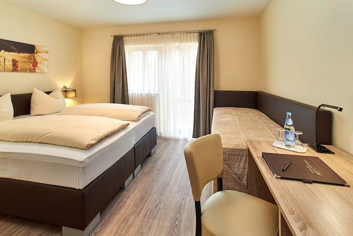 """Gasthof Gigl (Neustadt a.d. Donau), Superior Zimmer """"Storchennest"""" (21qm) für 3 Personen mit Balkon"""