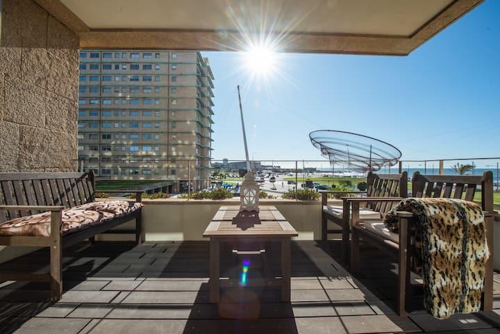Apartamento frente praia em condomínio com piscina