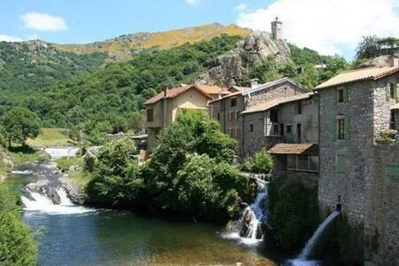Bel appartement face à la rivière - Burzet