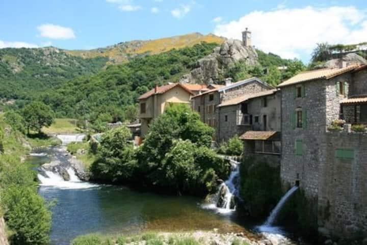 Logement charmant et fonctionnel face à la rivière