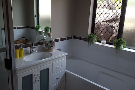 2 bedrooms and all amenties - Brinsmead