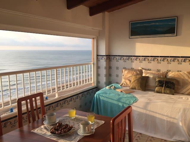 Luminoso Apartamento en Primera Línea de Mar