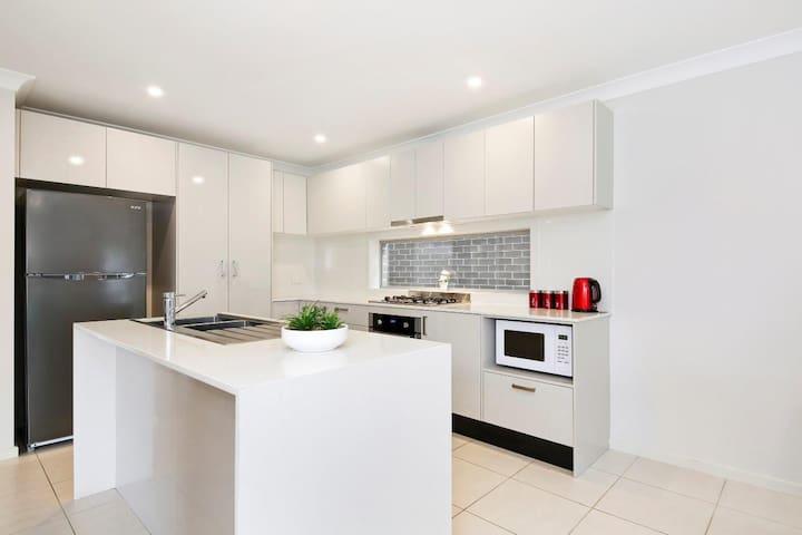 ALPINE PLACE VILLA 30 - SYDNEY Brand new house - Carnes Hill - Rumah
