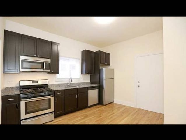 1 Bedroom in Homey Lakeview 3 Flat