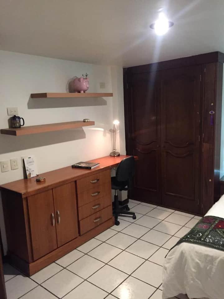 Habitación +baño propio dentro de hermosa casa!