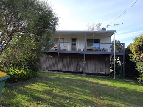 Comfortable two bedroom house on fully fenced block close to the water. Two queen beds, fully equipped kitchen and laundry. Property backs on to a nature reserve where you'll see koala and kangaroos. Lovely, quiet place.