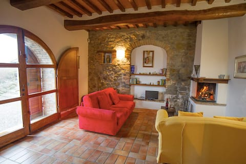 Pietreta. Apartment in old farmhouse with pool