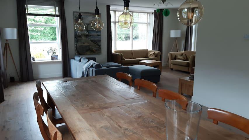 2 ruime kamers in villa.