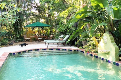 Secluded Flamingo Bungalow in historic district