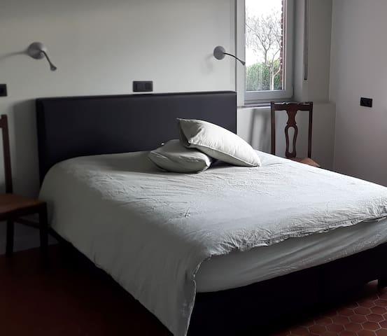 Slaapkamer grenzend aan de badkamer.