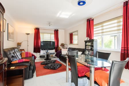 Double bedroom in 2bed-flat with creature comfort