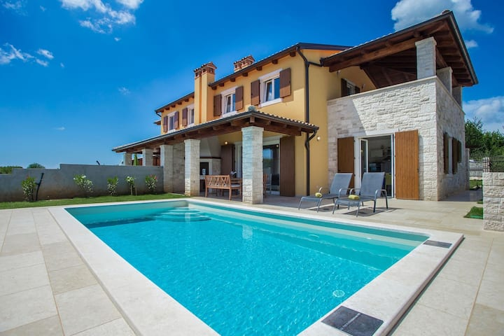 Comfortable villa with private pool and fenced garden, 11 km from Porec and beach