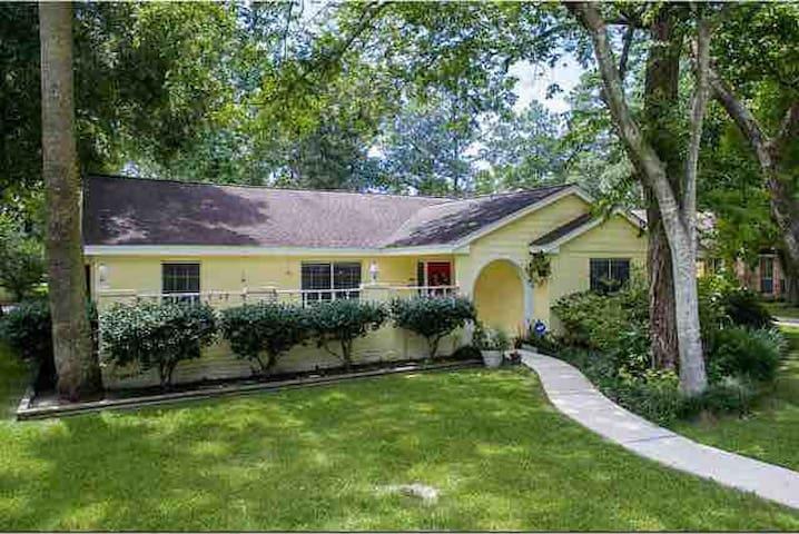 Charming home in quiet subdivision!