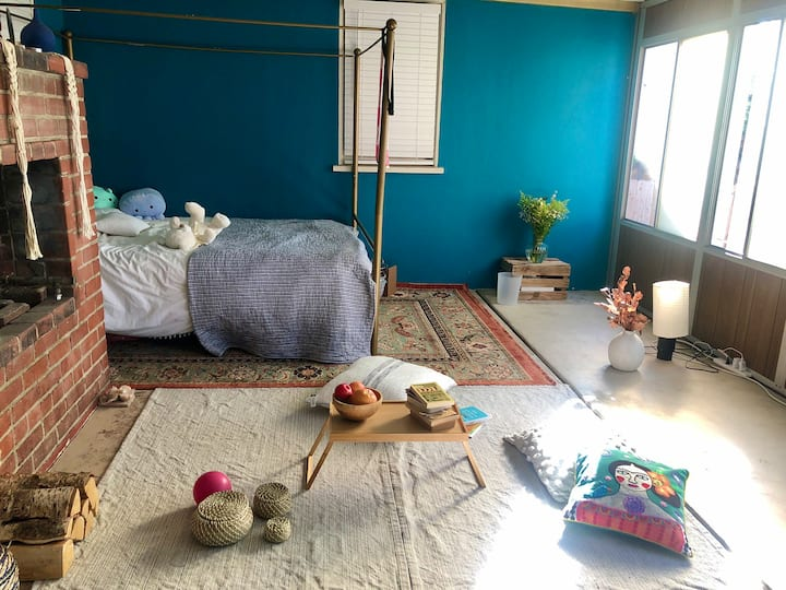 Bright and cozy room, 15 min to the beach.