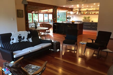 Spacious serene house near beach - Karekare - Hus