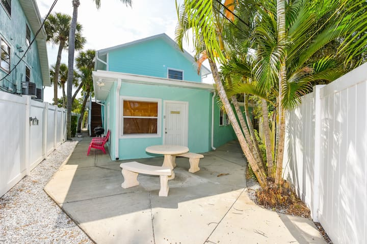 1 Bedroom just 1 block from Siesta Key Village