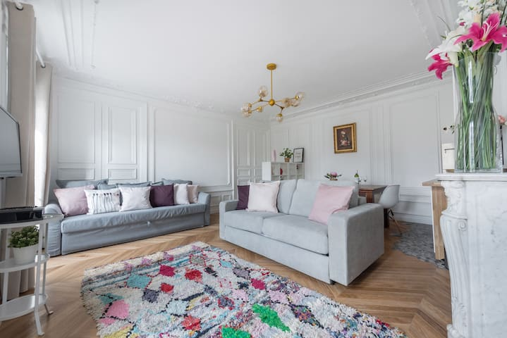 Great Haussmannian flat for 6 in the North Marais!